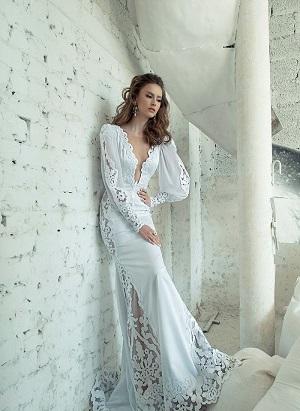 Однако другие дизайнеры решили воплотить в своих модных свадебных платьях лучшие традиции 30-х годов и венчальные каноны, которые гласят, что плечи и руки